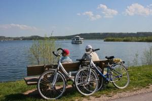 MS Brombachsee mit Radfahrer auf einer Bank